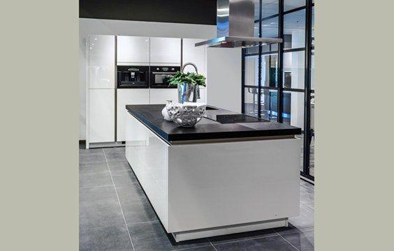 KookeilandDit kookeiland met hoge kast beschikt over contrasterende kleuren en strakke lijnen. Een prima keuken om bijvoorbeeld te laten overlopen in uw woonkamer. Read More →