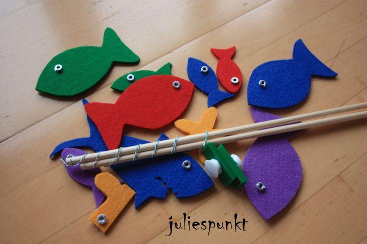 Irgendwann kam ich auf die Idee ein Angelspiel aus Filz zu basteln. Ich habe aus dickeren Filzplatten verschiedene Fische, einen Hai, Gummistiefel und Seestern ausgeschnitten. Dann wurden überall m...