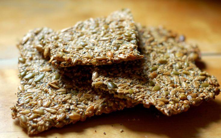 Det här helt sjukt lättbakade knäckebrödet är väl egentligen inte ett bröd i ordets rätta bemärkelse, eftersom det inte innehåller något mjöl. Men vad gör det när det är ungefär hur gott som helst? Jag gillar att äta det alldeles som det är. Eller för all del med salt smör eller härligt rinnig brieo