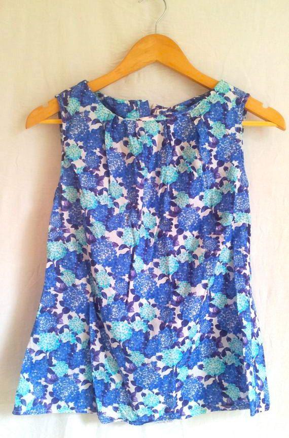 Camicetta vintage anni '60, fiori blu e celesti su fondo bianco, taglia 40,  graziosissima!