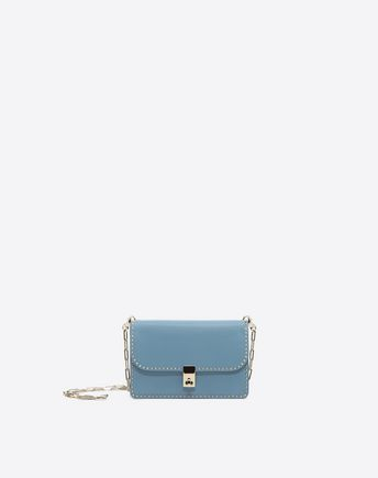 Are you looking for Valentino Garavani Chain Cross Body Bag? Find out all the details at Valentino Online Boutique and shop designer icons to wear.