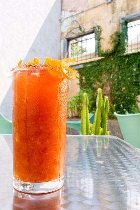 La michelada es un rico coctel de cerveza fría con jugo de limón, maggi, chile, inglesa y tabasco.