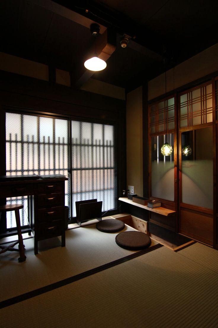 昔ながらの京都の情緒が感じられる町並みの中にある、路地の奥にひっそりと佇む「隠れ家町家」。京都駅から東本願寺を越え、徒歩で行く事もできる場所にありながらも、とても閑静なロケーション。京町家の特徴である一文字瓦を用い、格子や虫籠窓を再生した伝統的外観です。レトロなガス灯に揺らめくあたたかな火が、お客様をお迎え致します。
