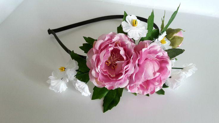 """Čelenka+""""Růženka""""+Něžná+čelenka+s+květinkami+růže+a+polního+kvítí,+vhodná+na+každý+den+i+slavnost+velikou,+vytvořená+z+kovového+čelenkového+základu+v+tmavě+zeleném+""""kabátku""""+a+textilních+květů+a+listů+.+Velikost+:+univerzální+Velikost+aplikace+:+cca+15+x+8+cm"""