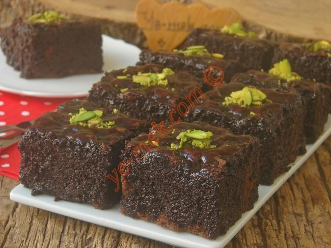 Browni tadında, bol çikolatalı, yumuşacık bir kek tarifi...
