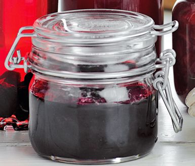 Svartvinbärssylt med nektarin och vanilj är en annorlunda och smakrik sylt med goda och fräscha ingredienser. Med nektariner, svarta vinbär och vaniljstång skapar du en otroligt god sylt!