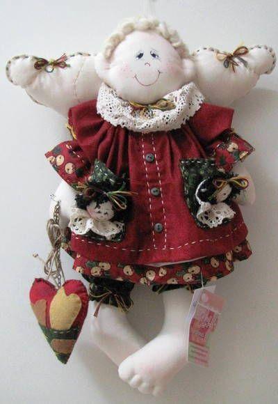 Anjinho confeccionado em algodão cru. As roupinhas são confeccionadas em tecidos importados e/ou nacionais 100% algodão. Mede aproximadamente 40cm.