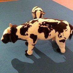 天神イムズビルに世界地図模様の牛がいました まじまじと模様を眺めてしまいました笑 地下2階のフロアにひっそりといましたよ tags[福岡県]