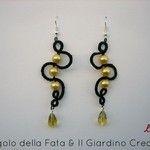 """Orecchini """"Gold Snake"""" realizzati a mano in pizzo chiacchierino con perle in vetro pressato cerate color oro e cristallo color champagne"""