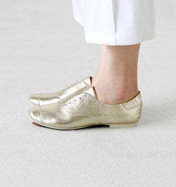 「サケット製法」というイタリアの靴作りの伝統により生まれた技術を採用。 これは、一般的に歩きやすいとされてる「バレリーナシューズ」をさらに進化させた製法のこと。好シャンクなどの硬い素材を排除するため、軽くソフトな足入れになるのが特徴です。