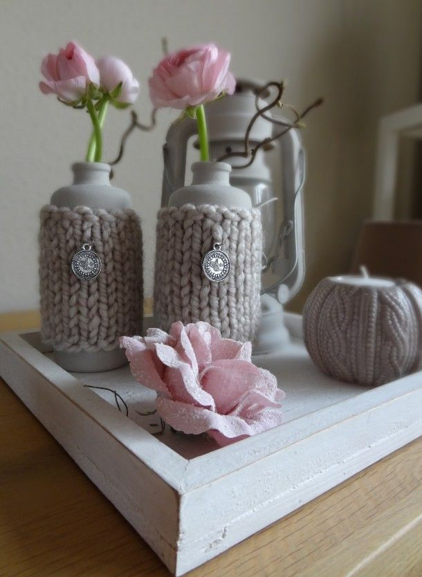 Vases and lantern painted with powder paint, color canvas. With a self knitted jacket around it. Easy made​​, super nice effect.
