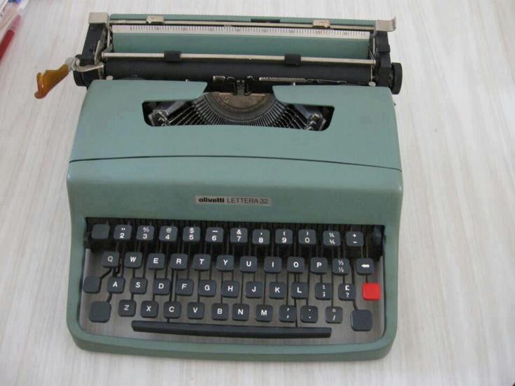 Olivetti Lettera 32 una como esta la teníamos en casa...era de mi hermana... pero la usábamos todos : )