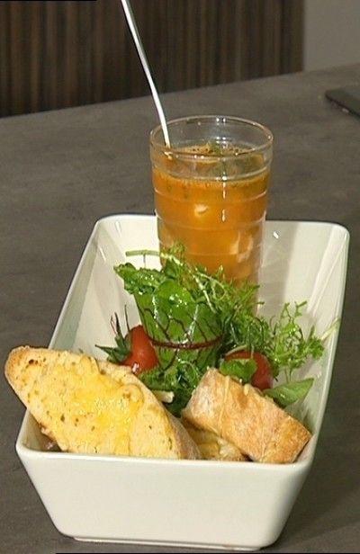 Zomerse soep met rode poon, zeekraal en garnalen. Geserveerd met bruschetta en salade.