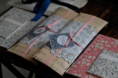 omg! what delicious wrapping!Création Papier, Wrapping Packaging, Wrapping Inpakken, Delicious Wraps, Gift Wraps, Floral Doilies How, Sheet Music, Doilies Wraps, Wraps Ideas