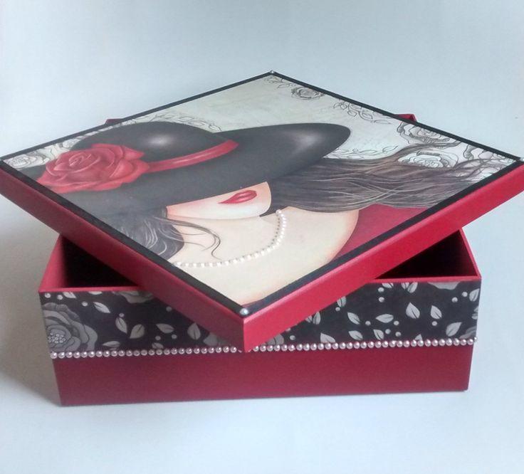 Linda caixa em madeira MDF decorada com Scrapbook, perolas, envernizada na cor vermelha.  Ideal para presente de aniversário, festas, decoração, etc