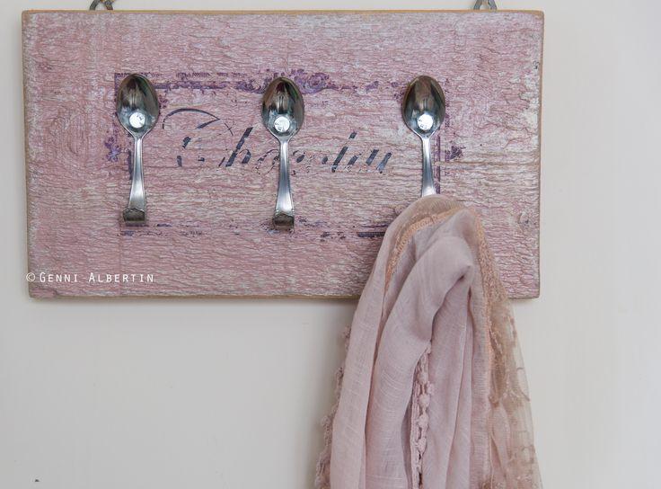 Appendiabiti con vecchi cucchiaini della nonna. Vecchia tavola di legno levigata,ridipinta e decorata a mano.