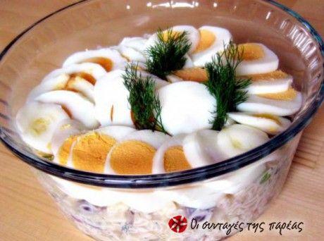 Μια σαλάτα με απλά υλικά και αυγά πασχαλινά που περίσσεψαν.