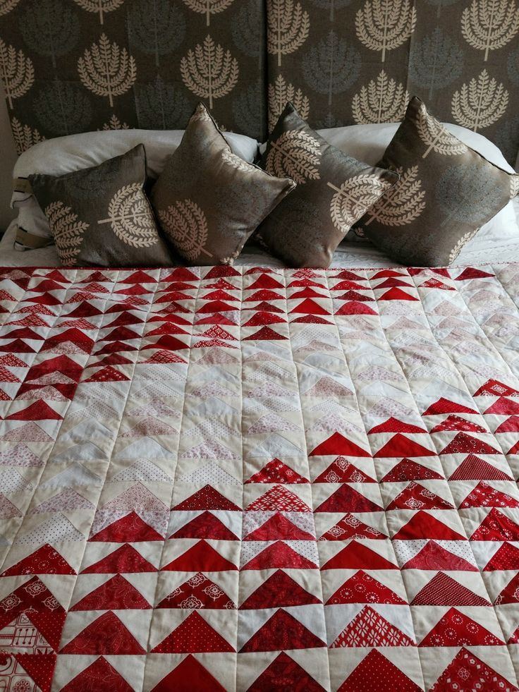 This is my first big quilt for a while. I wanted to do something modern with flying geese and to use red and white. The geese finish at 5...