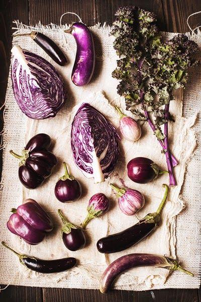 Berenjenas,col lombarda,arándanos,uvas,moras, higos,el color de estos alimentos se debe a un pigmento llamado antocianina,un potente antioxidante que aporta grandes beneficios para nuestra salud.Entre sus efectos terapéuticos se incluyen la reducción del riesgo frente a enfermedades cardiovasculares,un posible papel en el control de la obesidad y la diabetes,la mejora en las funciones visuales y cognitivas,así como efectos antitumorales y antiinflamatorios,entre otros.