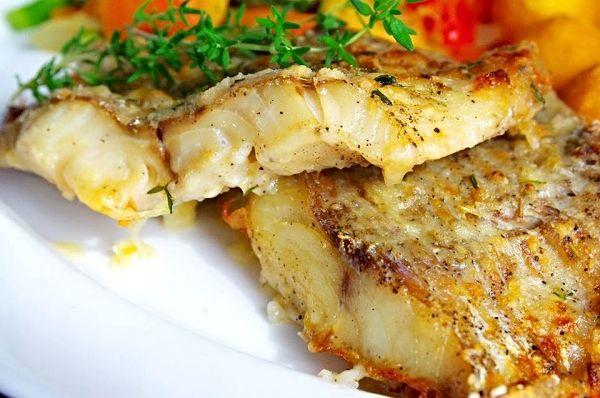 Filety z tresky okořeněné, poprášené hladkou moukou, upečené v troubě pokapané olivovým olejem, posypané čerstvým tymiánem a pokladené kousky másla.