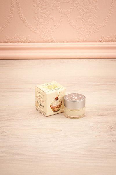 Lip Balm - Sweet Cream L'arôme sucré persistant sur vos lèvres suscitera assurément les débuts d'une histoire amoureuse.   The sweet aroma lingering on your lips will surely elicit a blooming romance.
