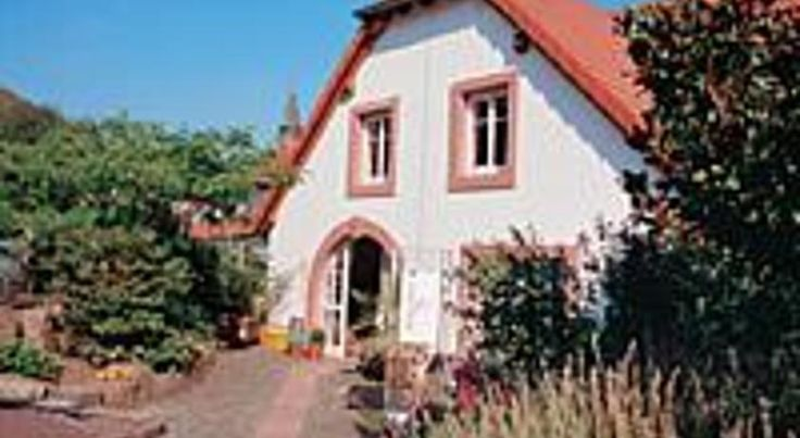 Chalet Raabe Sankt Martin Situated in the peaceful wine-producing town of St. Martin, close to the A65 motorway, you find these spacious rooms and apartments amid the scenery of the Pfälzerwald (Palatinate Forest).