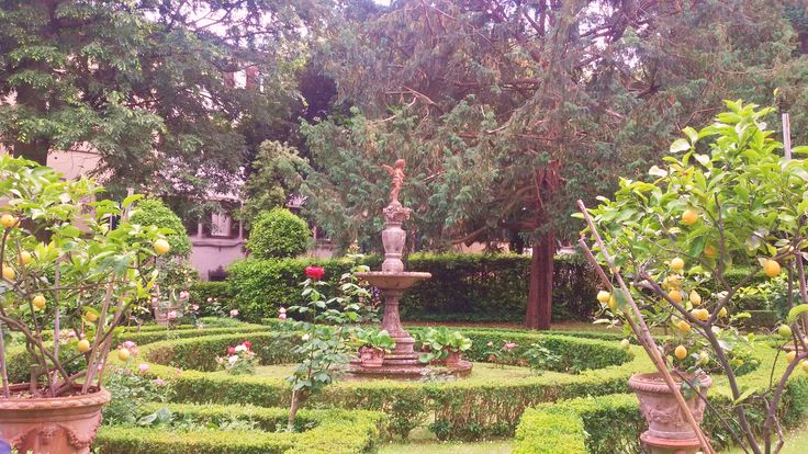 Éda un bel pezzo che faccio la corte al Giardino Corsi Annalena: in via Romana, dall'altro lato della strada rispetto all'uscita secondaria di Boboli, è un giardino privato con un eleg…