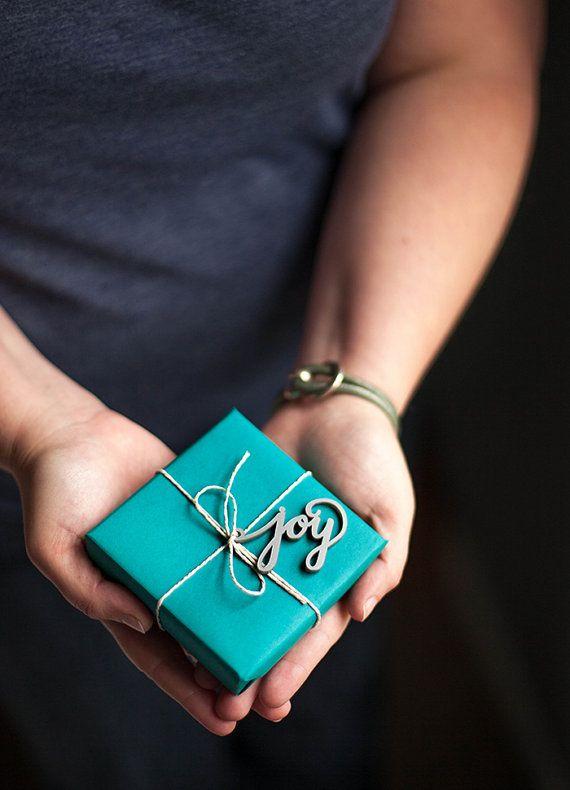 Lets be jolly avec ces Etiquettes de cadeaux de vacances main. Attachez un sur votre cadeau enveloppé ou même une bouteille de vin cette saison, et vous aurez un cadeau joliment emballé sans délai.  Une fois, juste une esquisse sur papier, ces mots gravés à la main ont été coupés du argent acrylique pour donner une touche déclat et holiday cheer ! Livré avec une longueur de boulangers ficelle donc juste faire un arc et des cadeaux sur !  • Jeu de 2 Etiquettes cadeaux JOY (Voir toutes mes…