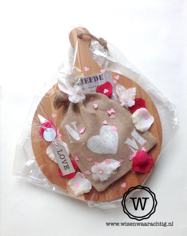 Geld geven voor een #bruiloft, maar dan op een persoonlijke manier. Jute zakje, kaart en kadoabels via www.wisenwaarachtig.nl