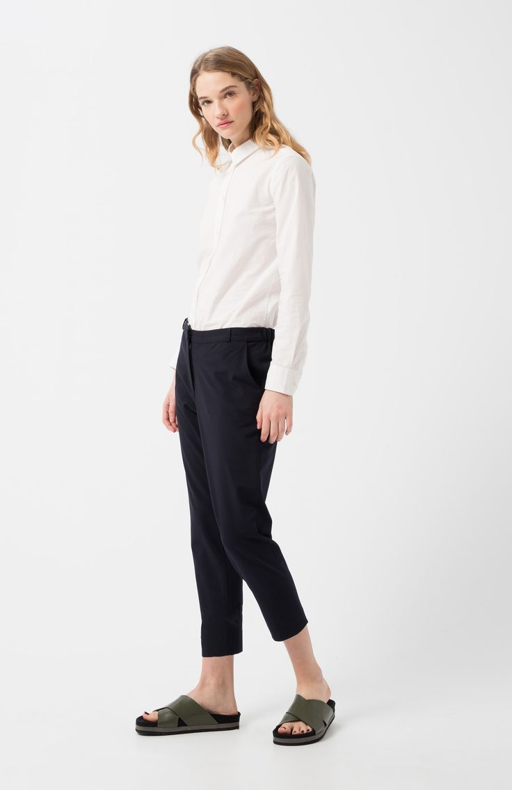 Alegia navy pants. Navy blue baggy poplin trousers. Low-rise. Side pockets. Rubber elastic waistband on the back. Inside front closure with zip, metal hook and button. Pockets with flaps and buttons on the back.