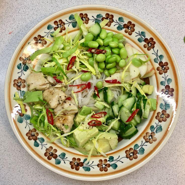 Glasnuddelsalat: kog nudler som anvist. Skær avokado, spidskål, æble, samt agurk og bland med stegt kylling og edamerbønner. Lav dressing af frisk chilli, saft fra 1 lime og honning. Smag til. Bland det hele og haps haps haps!🌶🥗