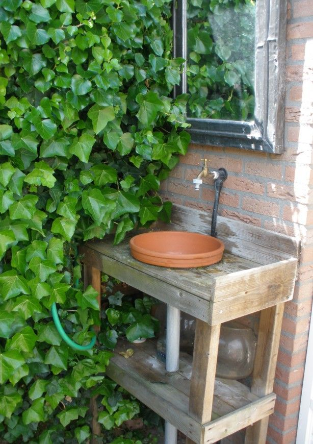 Buiten kraan op de goede hoogte. / > using terra cotta pots as bowls/containers