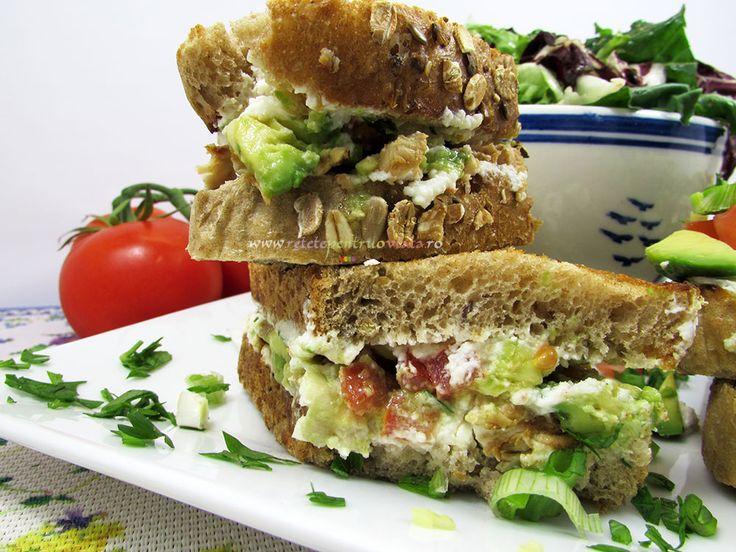 Acest sandwich cu pui si avocado este foarte apetisant, aromat si consistent, un aperitiv gustos si sanatos. Se prepara usor si rapid.