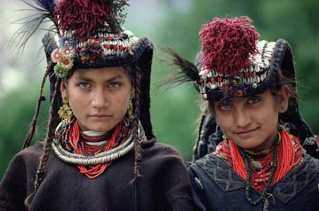 Pakistan. Deux femmes kalash. Les Kalash du Chitrâl, un peuple du Pakistan, parlant le kalasha-mun (kalasha) ;