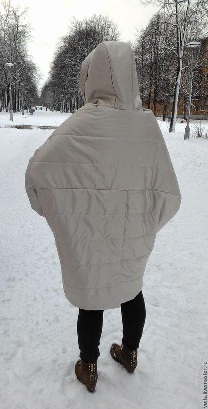 Купить или заказать Пальто  'Кокон' цвет жемчуг в интернет-магазине на Ярмарке Мастеров. Ультра-пальто выполнено с учётом всех модных тенденций, объём , форма кокон, рукав 3/4, низ разного уровня, скрытая застёжка-кнопки, шлица сзади и стёганая ткань. Пальто выполнено из плотной непродуваемой плащёвки благородного цвета -жемчуг.Утеплитель шерстепон, подклад японский шёлк с принтом-горошек. Возможно выполнить из плащёвки другого цвета,Все возможные изменения и цену уточняйте в лич...