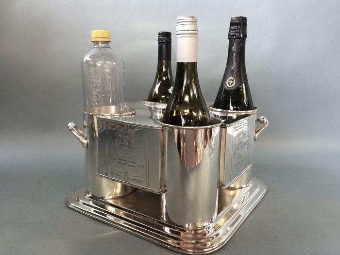 Champagne koeler voor vier flessen met ijs container in het midden eind 20e eeuw  Verzilverd 31cm x 31cm gewicht 34 kgZilveren verzilverde champagne koeler met 2 verschillende gegraveerde teksten uit het etiket van de fles wijn.Ook ideaal voor het koel houden van wijn en mineraalwater.Lengte 30 cm.Breedte 30 cm.Hoogte 18 cm.Gewicht 36 kg.Goede gebruikte staat kleine sporen van gebruik.Zal veilig verpakt en verzonden door de verzekerden en aangetekende post.  EUR 161.00  Meer informatie