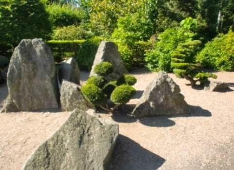 Японский сад камней фото  Минималистский стиль является ключом к созданию дзен пейзажей. Каменные элементы своим расположением имитируют горы и скалы, а гравий или песок используется для имитации потока воды. Растения являются необязательными или редкими. Источник: http://dizaynland.ru/stili-i-napravleniya/yaponskij-sad-kamnej