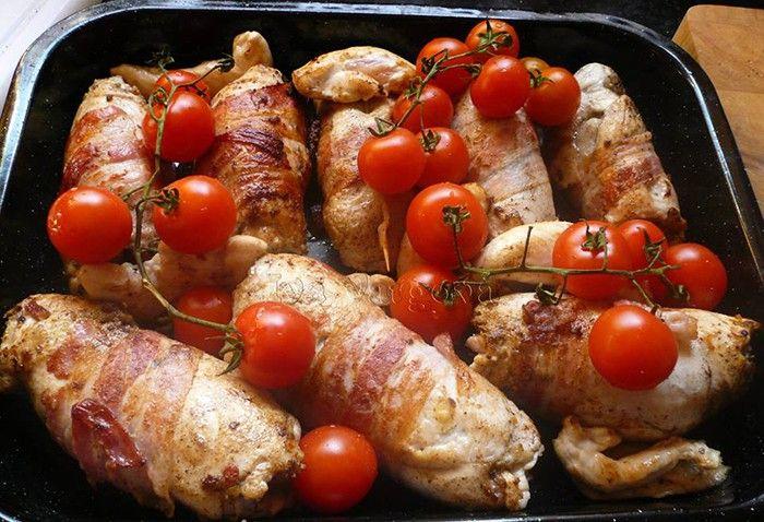 Milovníci slaniny si určitě pochutnají. Kuřecí prsa obalená ve slanině podávané s rýží nebo bramborovým pyré. Mňam!