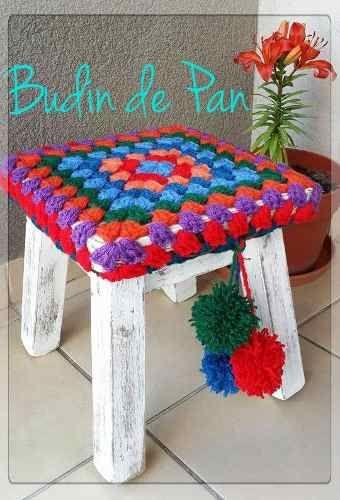 bancos y banquetas de pino pintados y tejidos al crochet