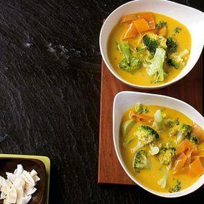 ESSEN & TRINKEN - Broccoli-Curry-Suppe Rezept Zutaten Für 4 Portionen 3 Kardamomkapseln 1 Knoblauchzehe 500 g Broccoli 150 g Möhren 1 El Rapsöl 3 Tl scharfes Currypulver 600 ml Gemüsebrühe 400 ml Kokosmilch (light) Salz Pfeffer
