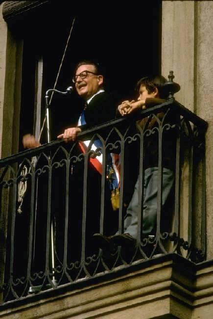 """HOMENAJE A SALVADOR ALLENDE A 40 años del Golpe Militar contra el Gobierno de Salvador Allende http://www.salvador-allende.cl/ Última discurso de Salvador Allende en """"Radio Magallanes"""". Santiago de Chile, 11 Septiembre 1973  http://www.salvador-allende.cl/Discursos/1973/despedida.pdf Homenaje:  By Adolfo Vásquez Rocca"""
