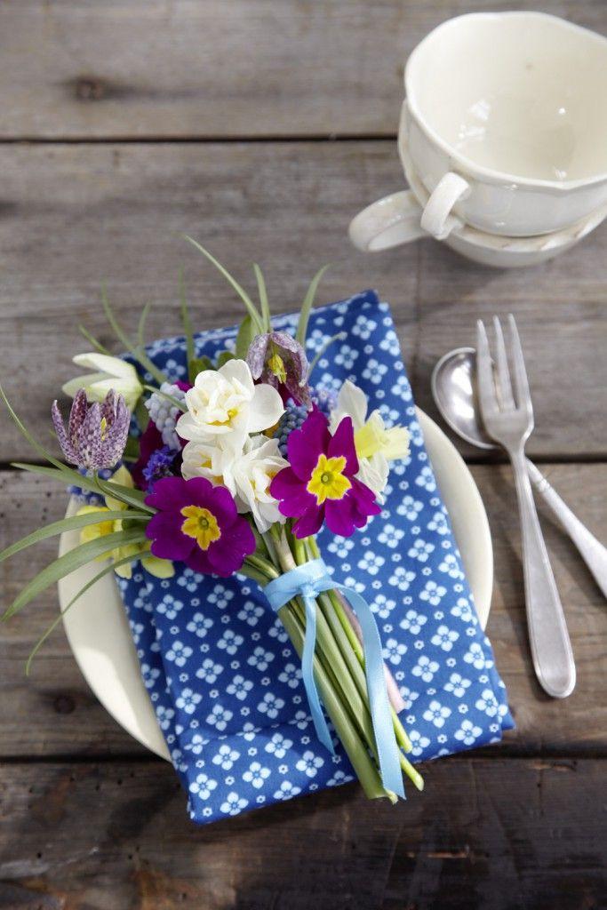 Mit solch einem niedlichen Sträußchen aus Schachbrettblumen, Narzissen, Perlhyazinthen, Vergißmeinicht und Primeln machen Sie Ihren Lieben e...