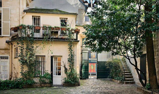 Cour de Rohan Paris 75006 Ce passage est constitué de trois courettes successives et l'on y entre soit par la rue du Commerce Saint-André soit par la rue du Jardinet... ©GB