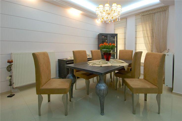 Τραπέζι με τορνευτά πόδια με τεχνοτροπία πατίνας, κρυσταλιέρα και μπουφές από οξυά.