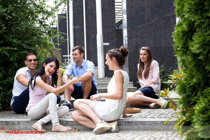 Młodzi szczęśliwi ludzie, siedzący w grupie, studenci, sesja letnia, wakacje, park, natura