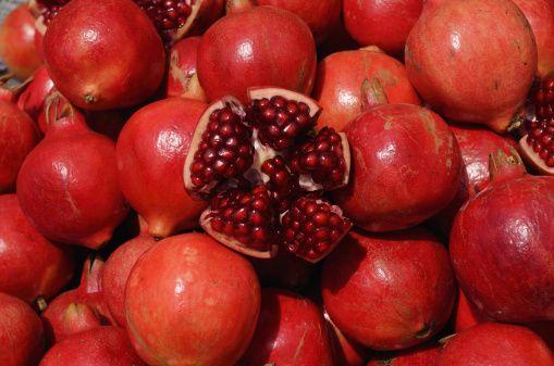 La granada es una fruta poco conocida, que deberíamos consumir a menudo por sus muchos beneficios y propiedades para la salud. http://www.alotroladodelcristal.com/2014/02/la-granada-beneficios-y-propiedades.html
