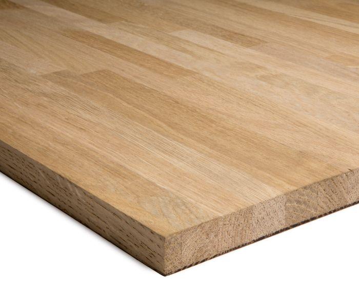 El roble es una madera dura de grano recto, grueso y textura basta. De color marrón pálido, tiene muy marcado los anillos de crecimiento. Es una madera nacional de uso muy frecuente, desde trabajos de ebanistería de interior hasta carpintería de exterior, entarimados, tallas, tornería, etcétera.
