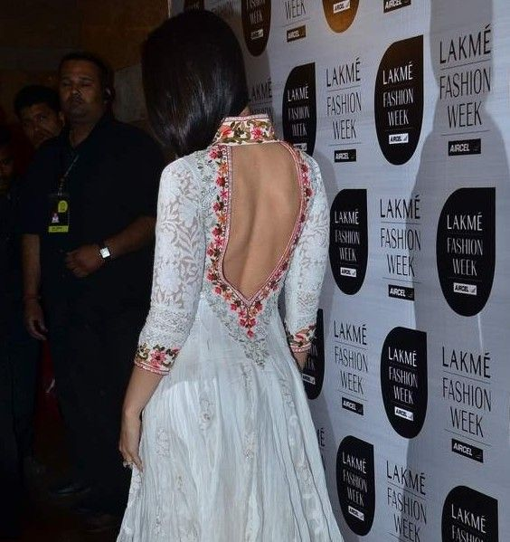 "Kareena Kapoor Bare Back Pics Hot Photos in Backless White Anarkali Frock at Lakme Fashion Week.Kareena Kapoor in loos damn hot White colour ""V"" Neck Collar Anarkali suits Designed by famous Design..."