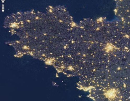La nuit en Bretagne vu de l' ISS (station Spatiale Internationale). Nous pouvons voir les zones de pollution lumineuse importantes qui gênent vraiment les observations au télescope !