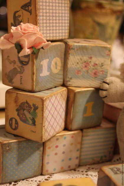 Развивающие игрушки ручной работы. Деревянные кубики с английским алфавитом и цифрами. Little Bird. Ярмарка Мастеров. Кубики декупаж